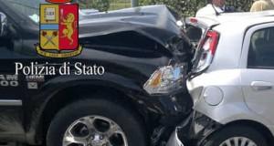 Dopo tamponamento a catena, donna intrappolata nell'auto in fiamme salvata dalla polizia