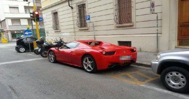 """Parcheggia la Ferrari nel posto per disabili: """"Me ne frego di te e della polizia"""""""