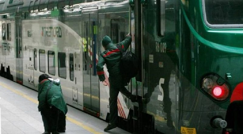 Boati sul treno passeggeri nel panico