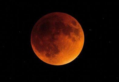 Anche a Milano tutti in attesa dell'eclissi di Luna rosso sangue, l'evento astronomico dell'estate